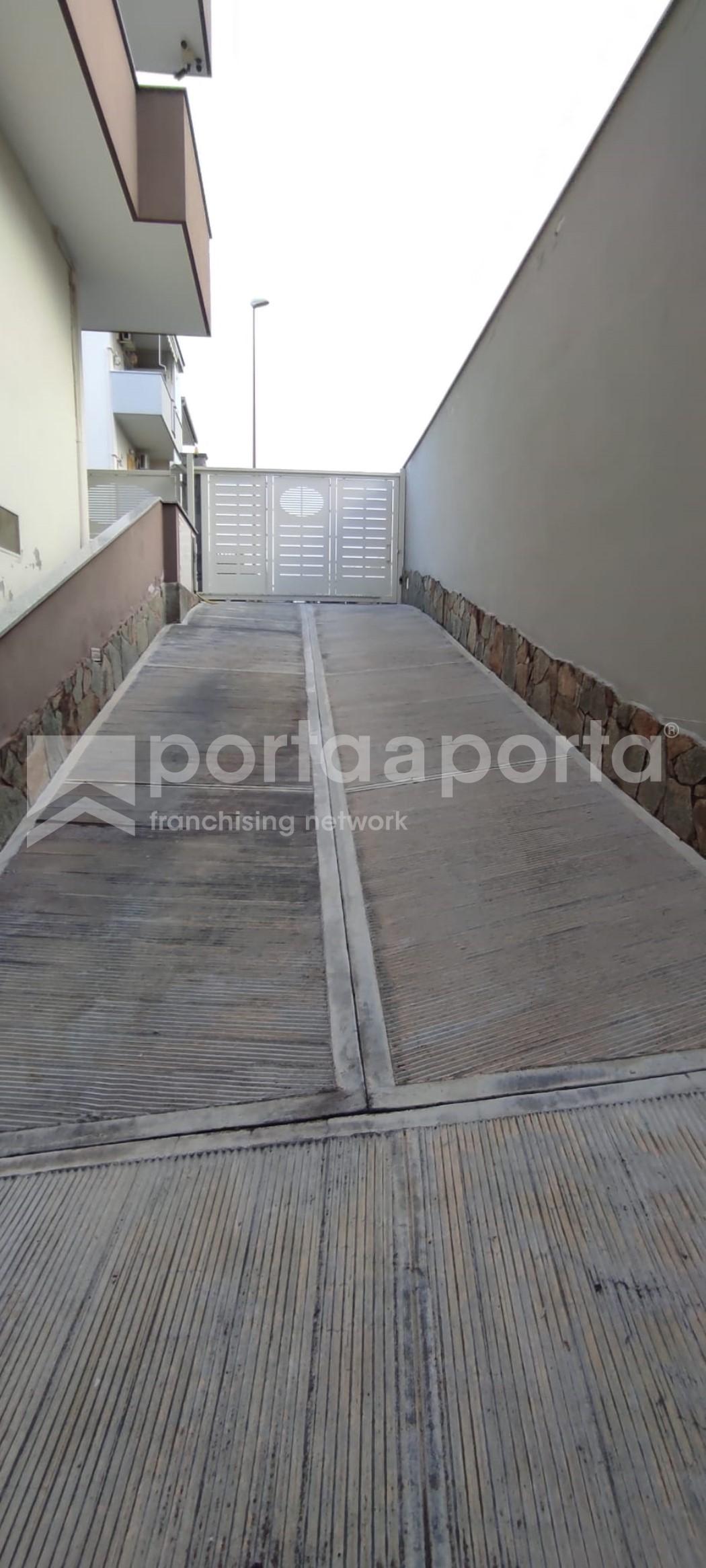 attico semi arredato 4 vani con box auto e terrazzo-17