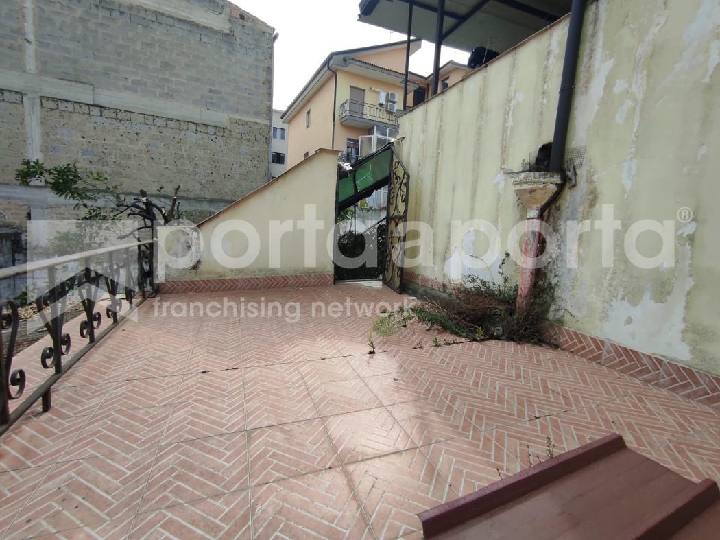 appartamento su due livelli con terrazzi e giardino-10