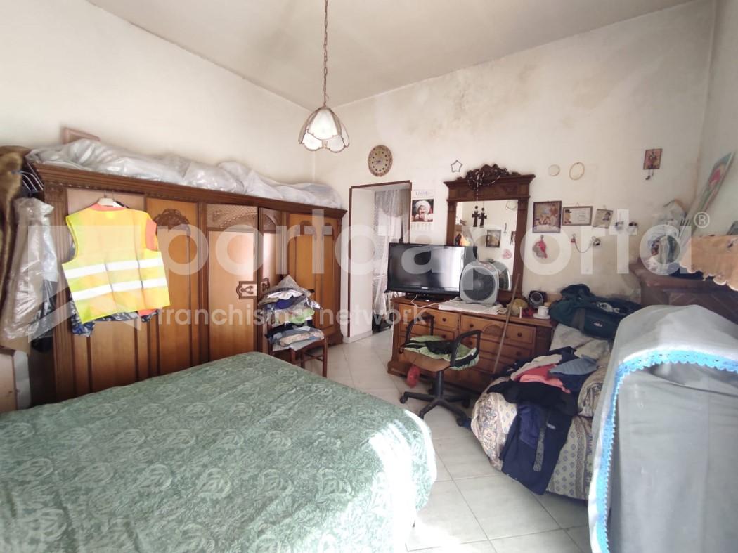 appartamento su due livelli con terrazzi e giardino-16