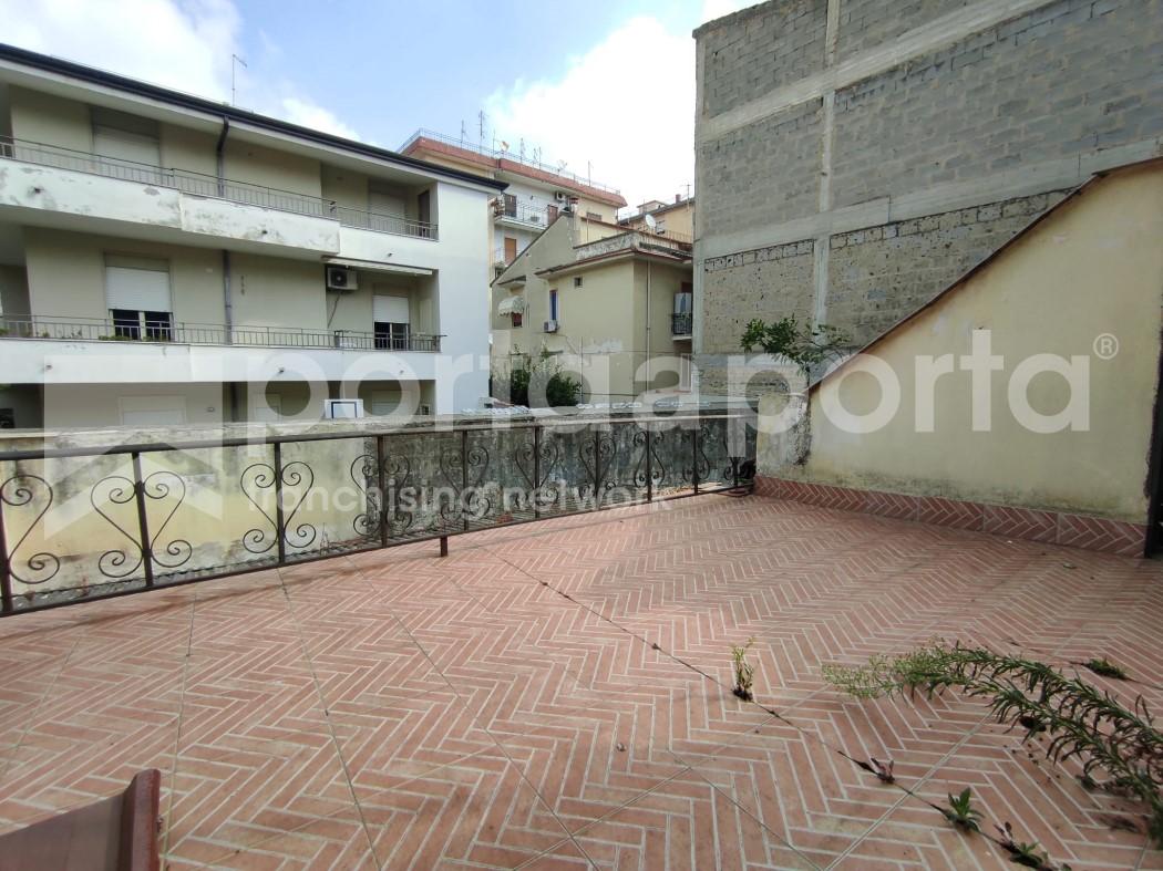 appartamento su due livelli con terrazzi e giardino-9