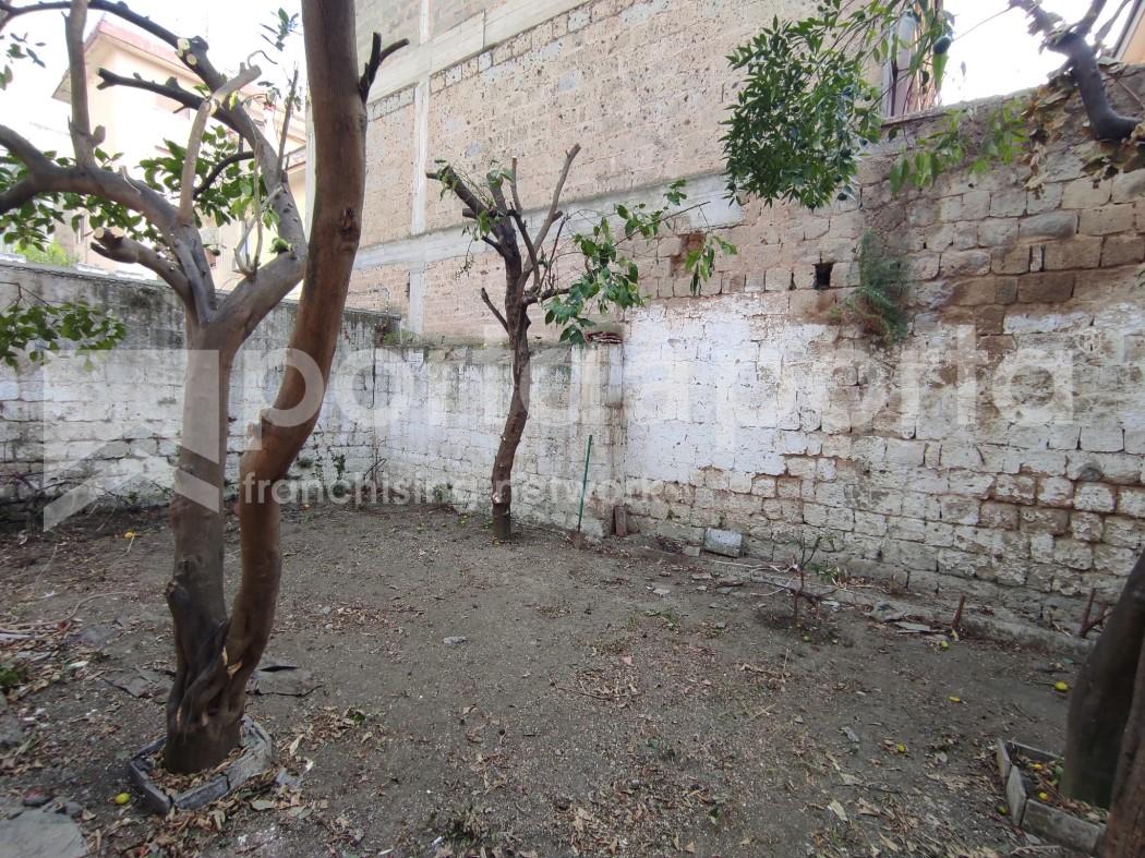 appartamento su due livelli con terrazzi e giardino-17