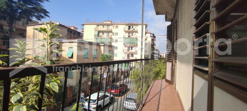 appartamento su due livelli con terrazzi e giardino-18