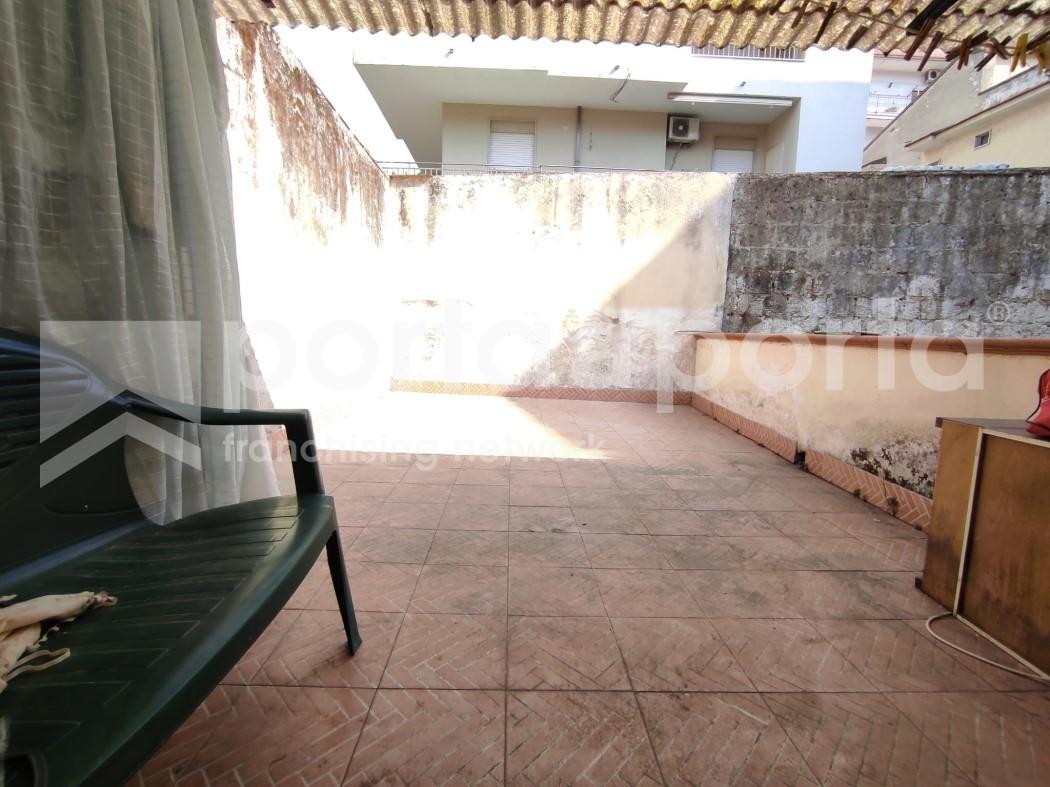 appartamento su due livelli con terrazzi e giardino-13